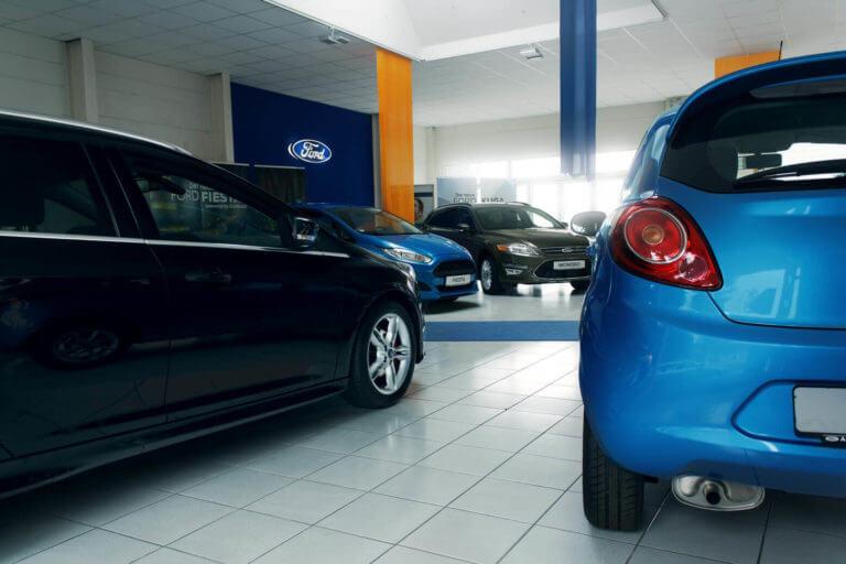 Schauraum eines Ford-Händler.